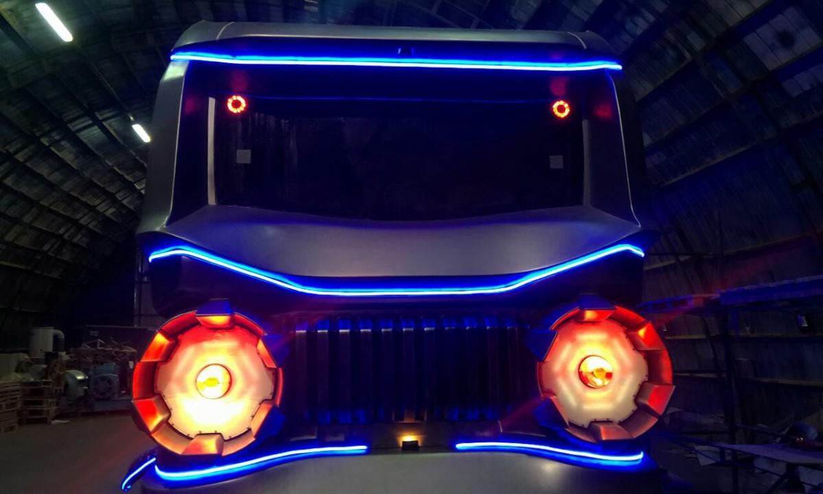 Вот так выглядит автобус с космическим дизайном с включенной подсветкой