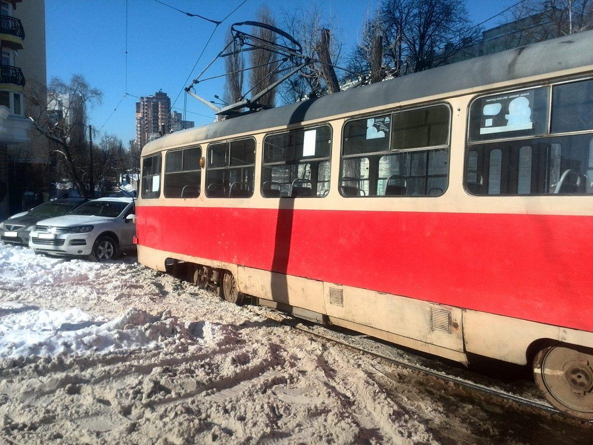 Автомобили заблокировали трамвай