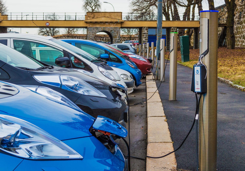 какая из стран лидирует по количеству электромобилей Норвегия