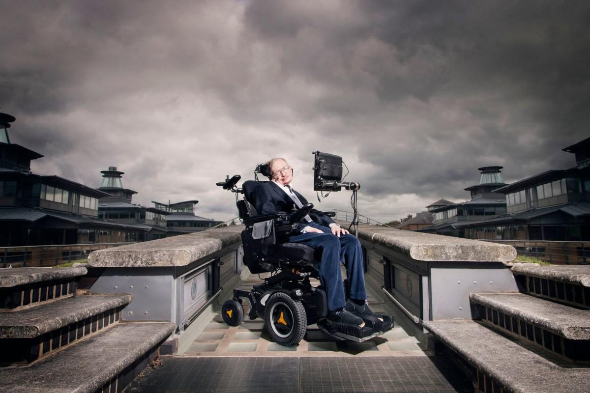 Стивен Хокинг атаковал коляской машину
