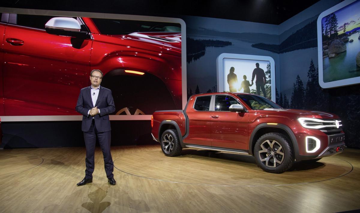 Внушительная стоянка сдизельными VW: видео скоптера
