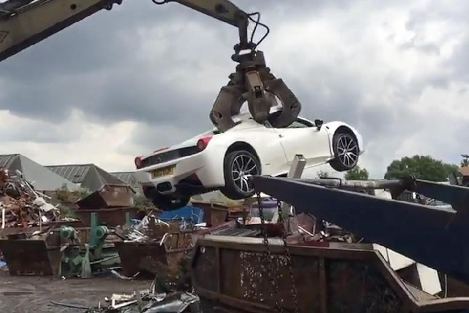Феррари  458 Spider окончил  собственный  путь вклешнях перегружателя металлолома