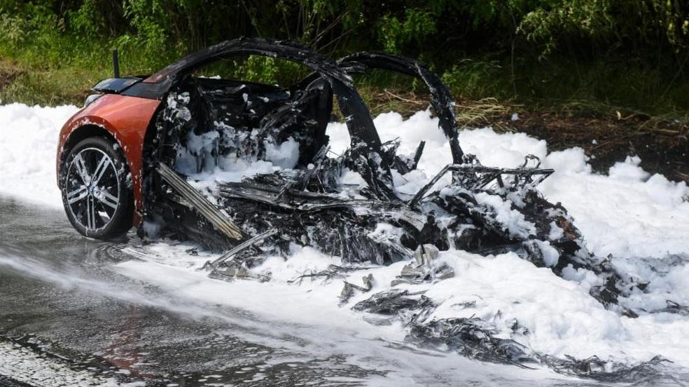 Сгоревший электромобиль