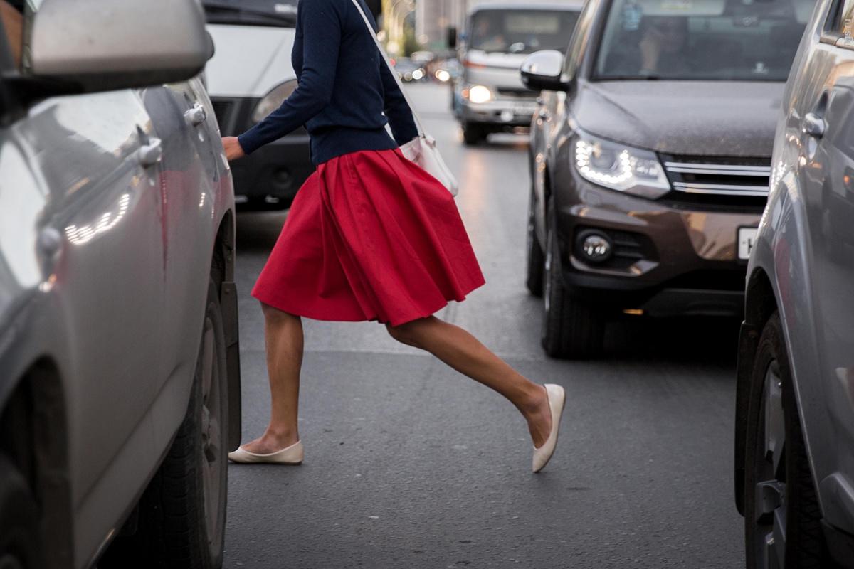 Пешеход перебегающий дорогу на красный
