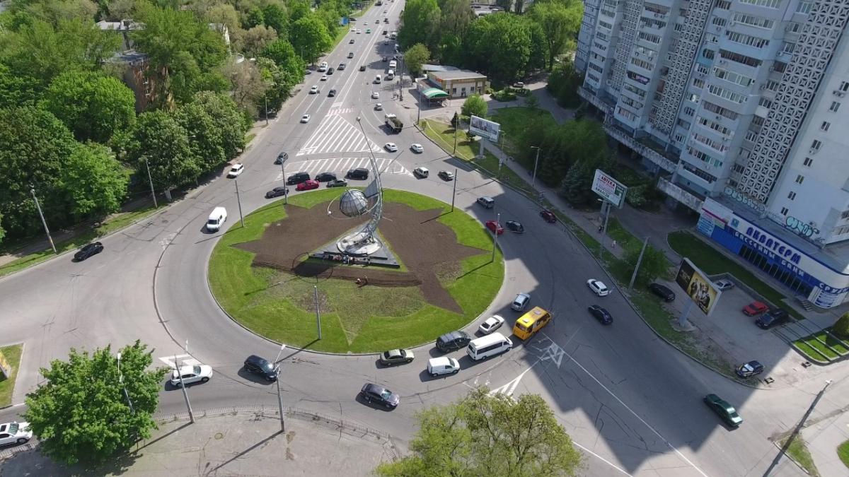 Проезд кругового перекрестка Украина