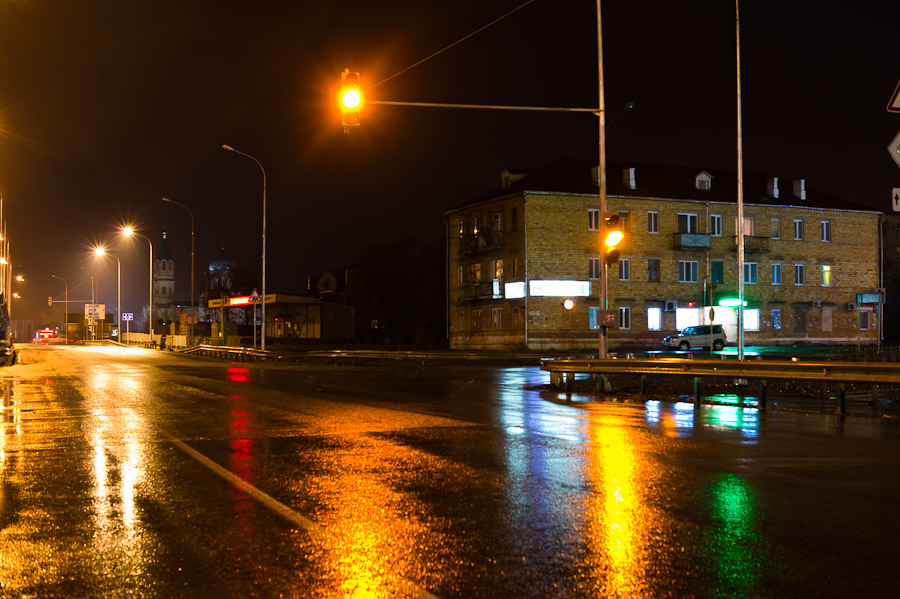 Желтый сигнал светофора ночью