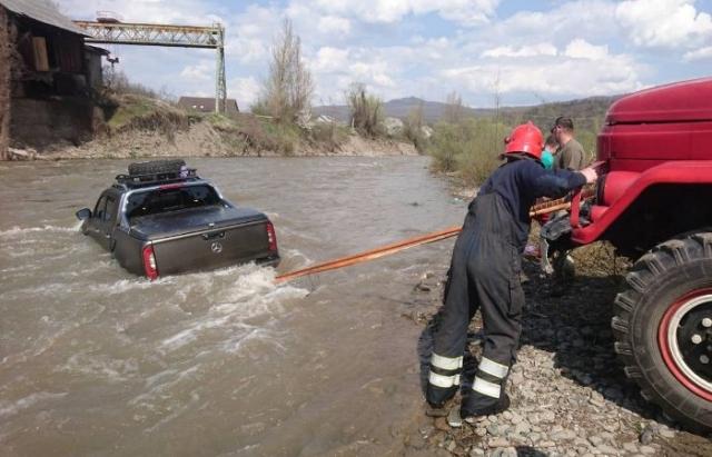 Первый в Украине пикап Mercedes X-Class утопили в реке