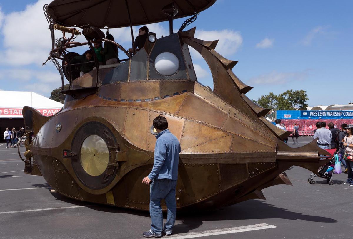 Произведения искусства - подводная лодка-автомобиль