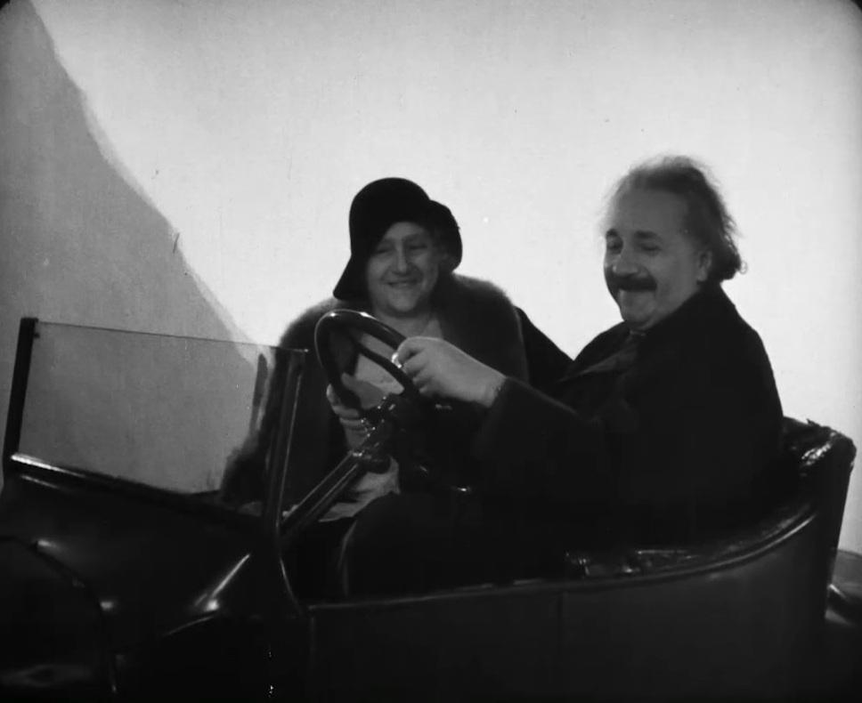Обнаружено уникальное видео с летающим авто Эйнштейна
