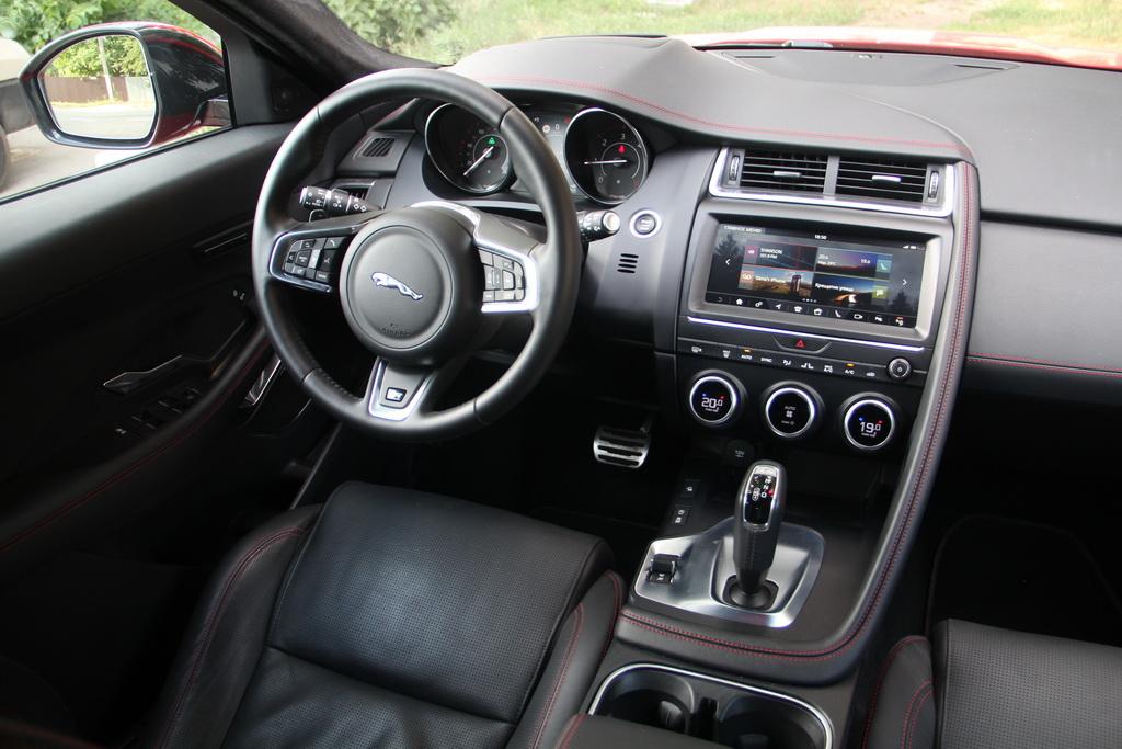 Интерьер Jaguar E-Pace