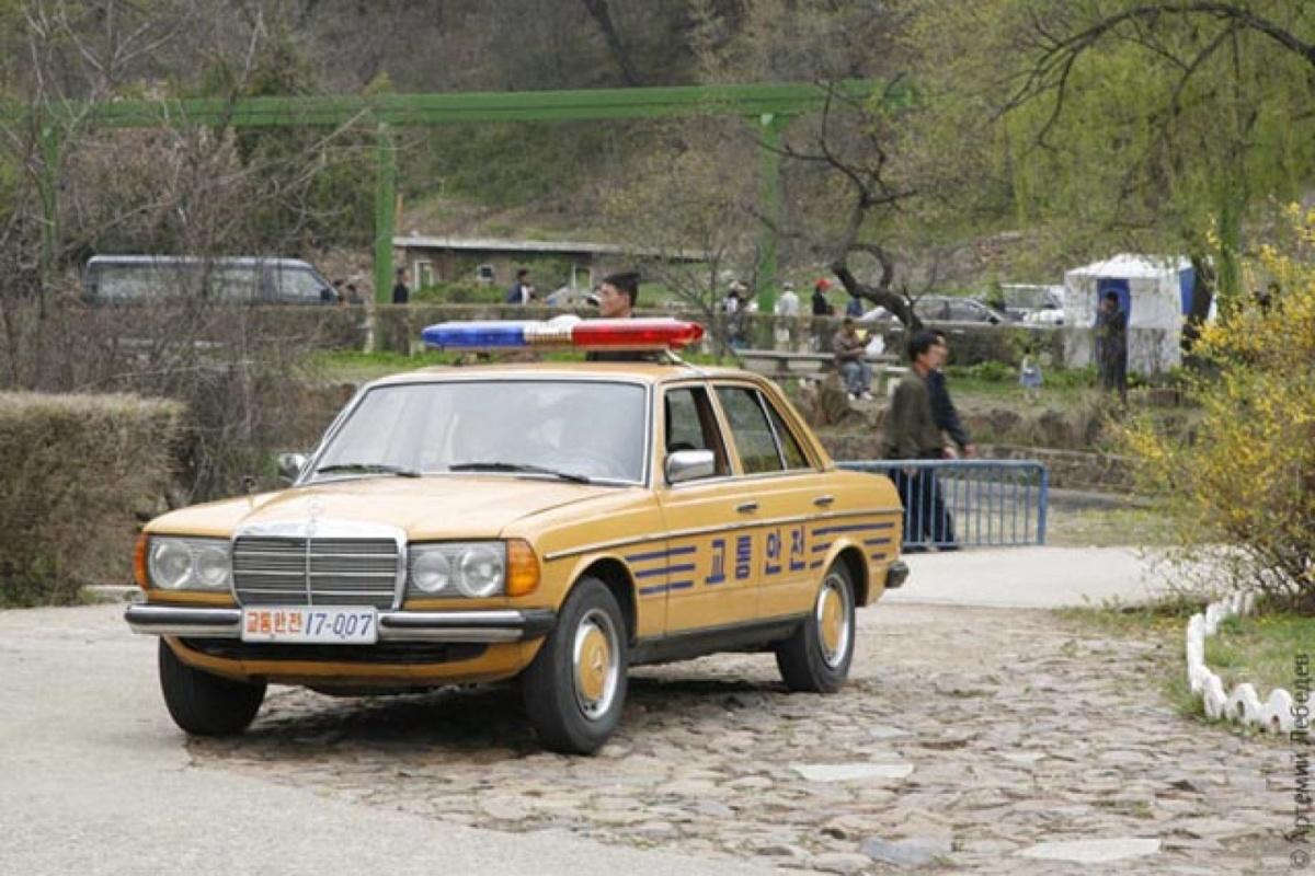 Полицейская машина Северная Корея производитель Sungri Motors клон Мерседес-Бенц