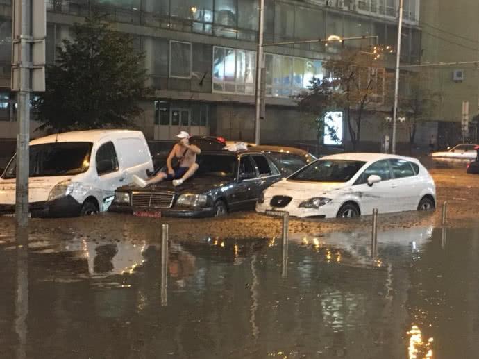 Центр Киева снова затопило после сильного ливня