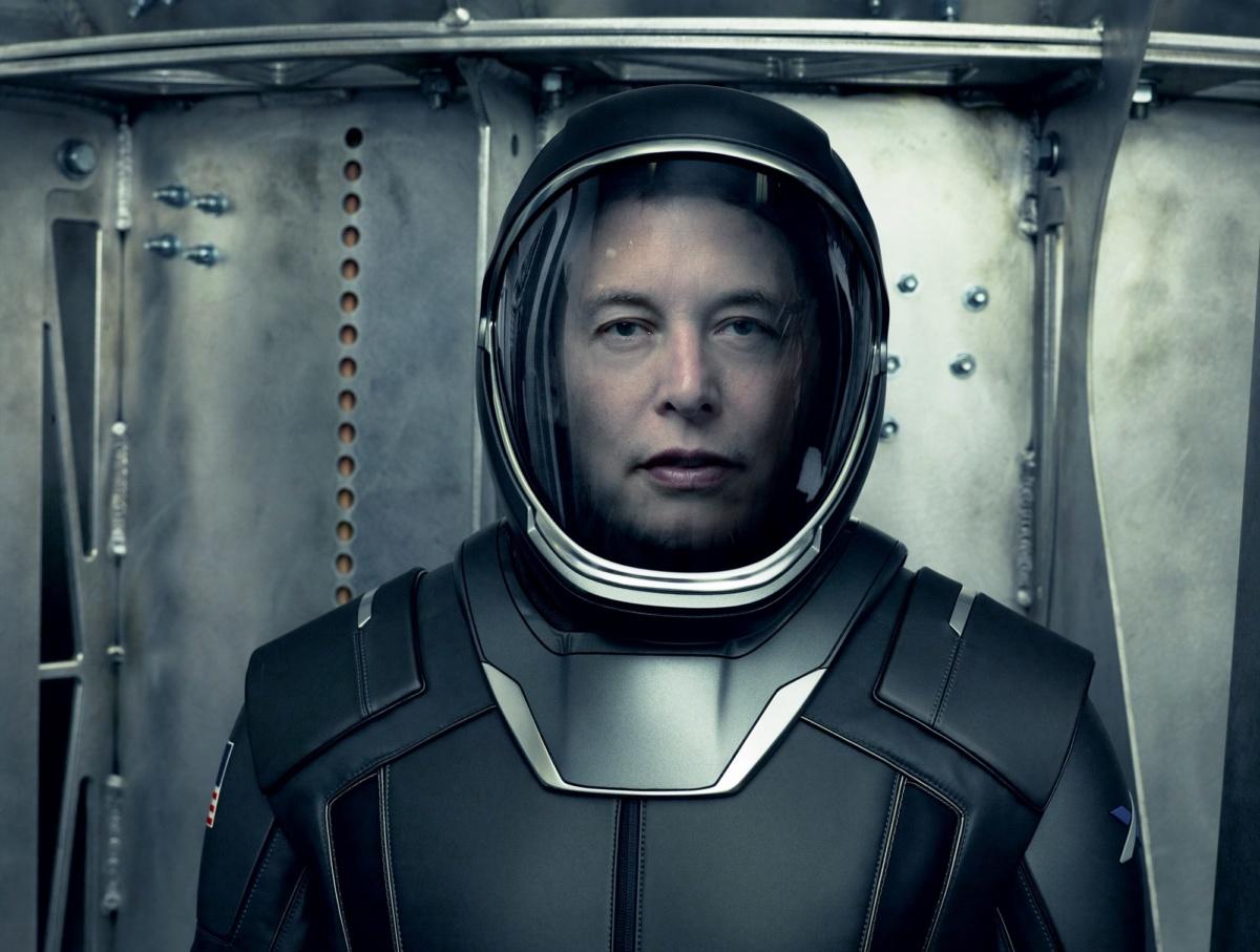 Илон Маск в скафандре