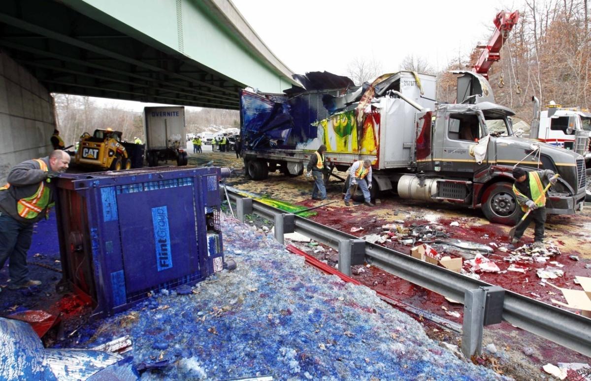 10 самых необычных грузов потерянных при ДТП - пролитая радуга