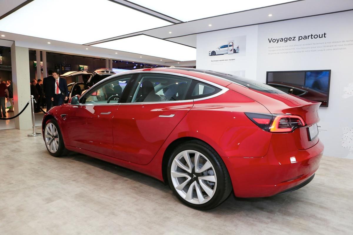 Электрокар Tesla Model 3 впервые презентовали в Европе