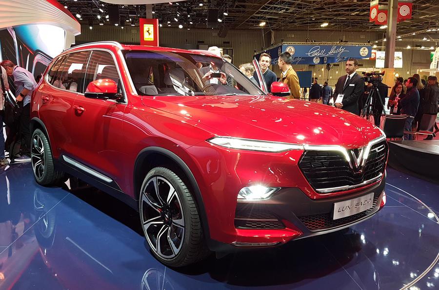 Встолице франции представили вьетнамские седан икроссовер VinFast смоторами БМВ