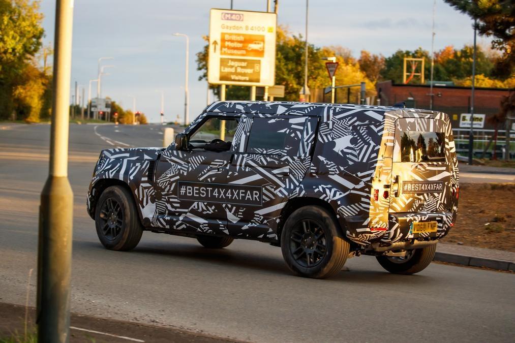 Новый Land Rover Defender 2020 впервые засняли на тестах