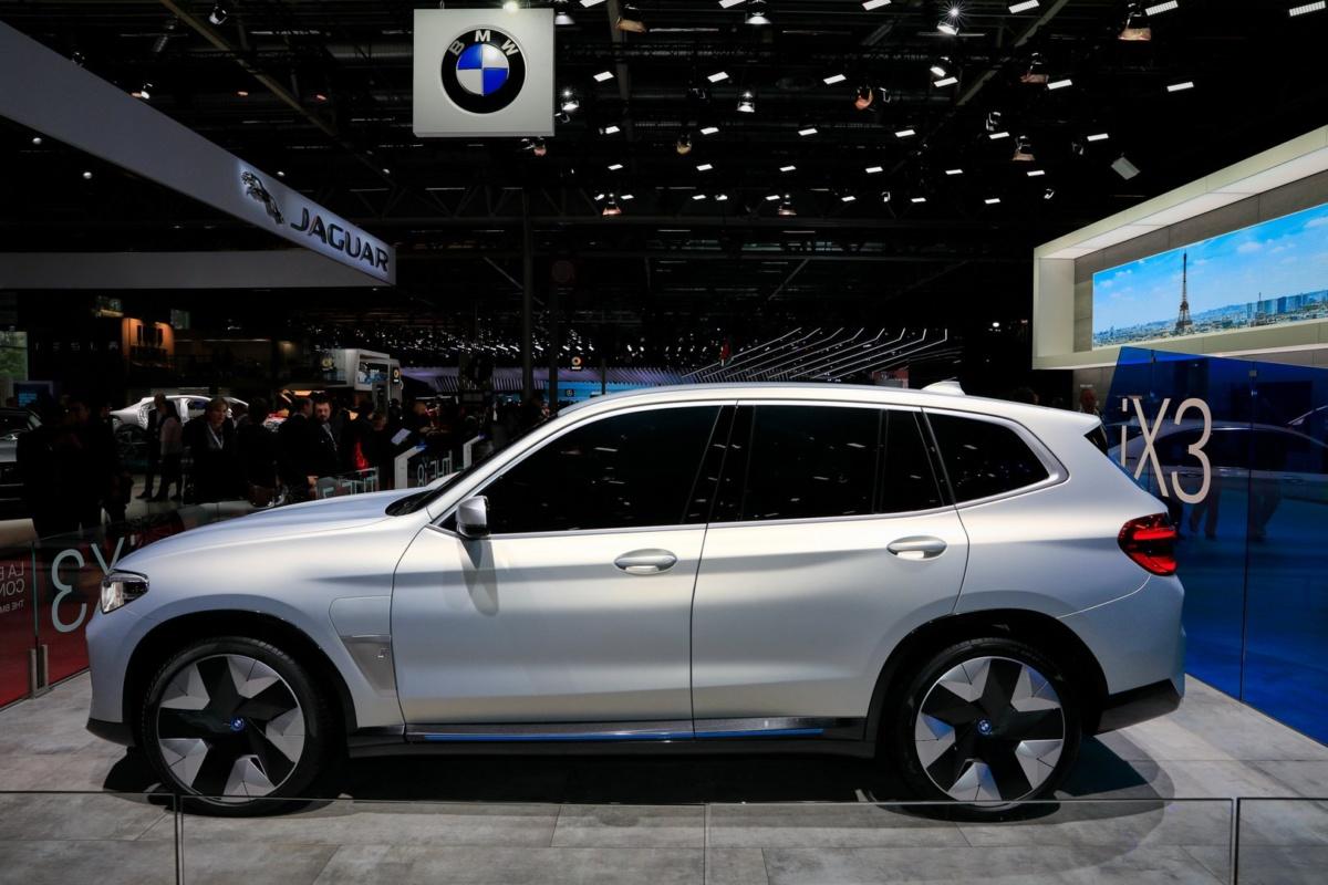 Электрический кроссовер BMW iX3 в Париже