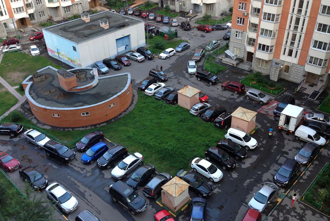парковка у подъездов домов