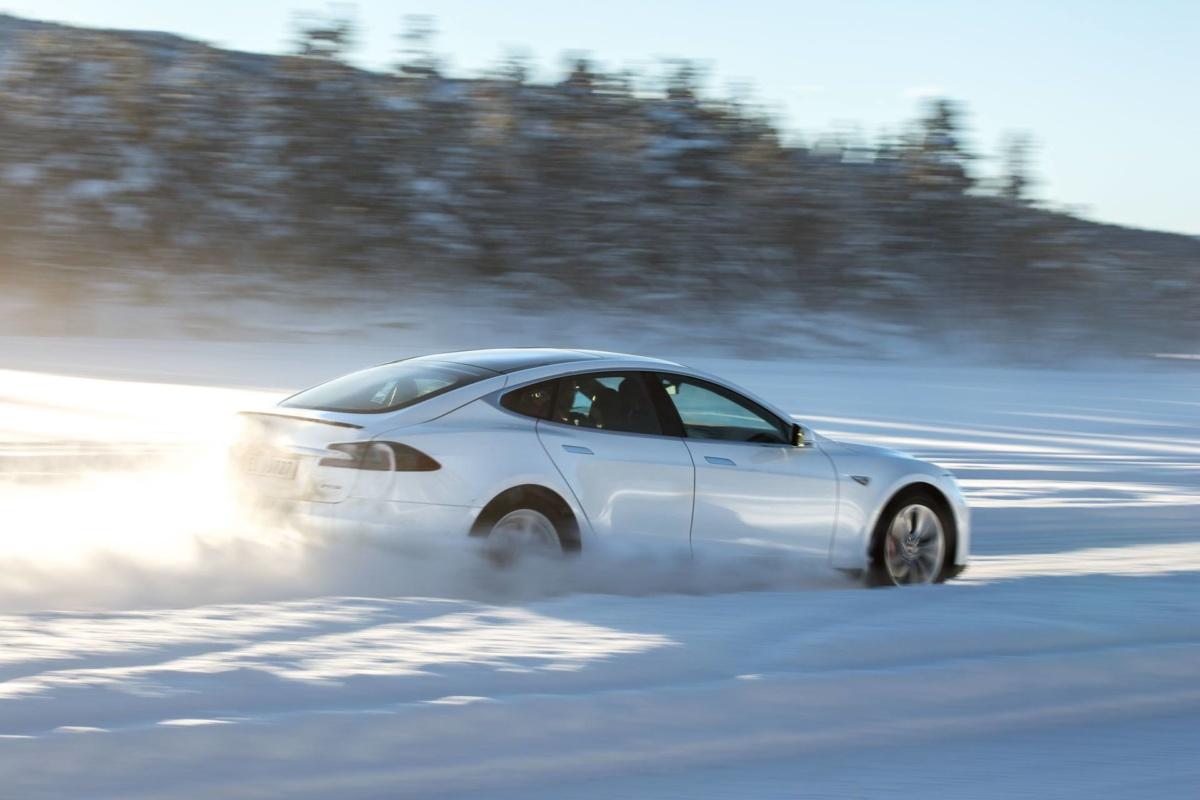 Tesla Model S 100D на льду
