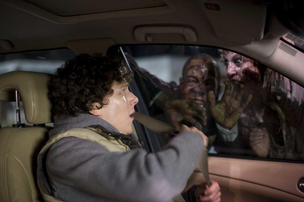 на автомобиль нападает стадо зомби