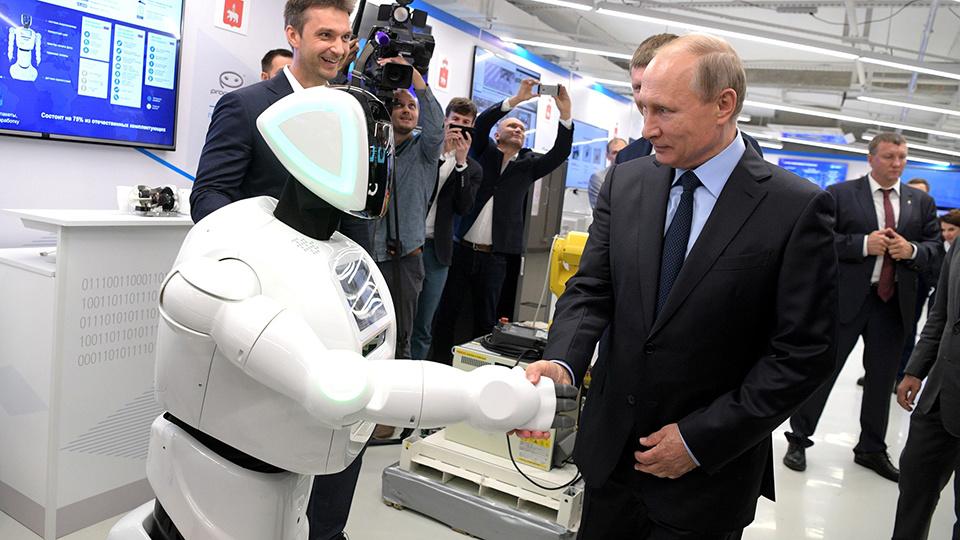 российский робот Promobot v4 жмет руку Путину