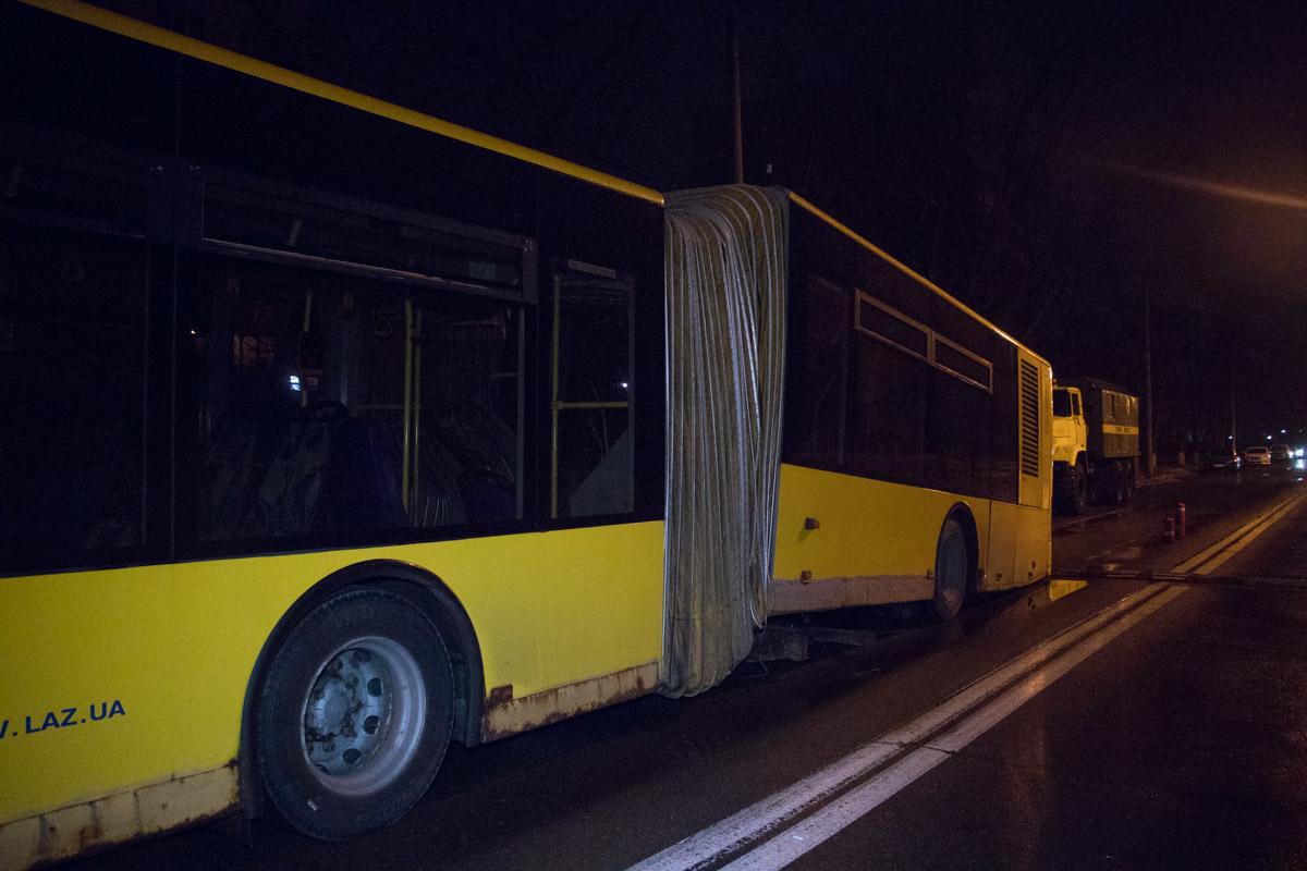 Автобус ЛАЗ с гармошкой развалился прямо на маршруте ...