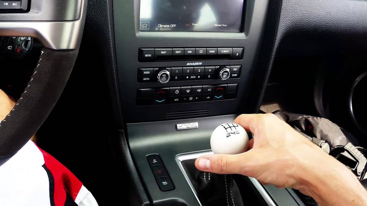 Управление автомобилем с механической коробкой передач