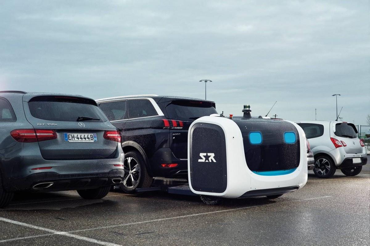 Роботы-парковщики паркуют автомобиль