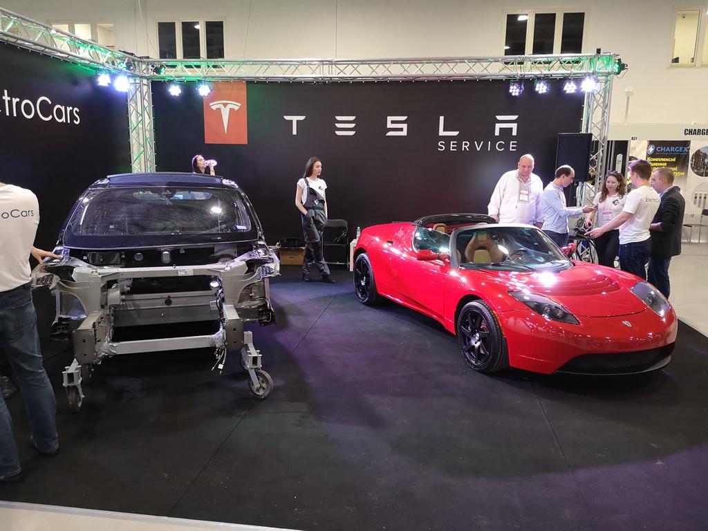 Два электромобиля Tesla Model 3 устроили гонку наземле ипод землей