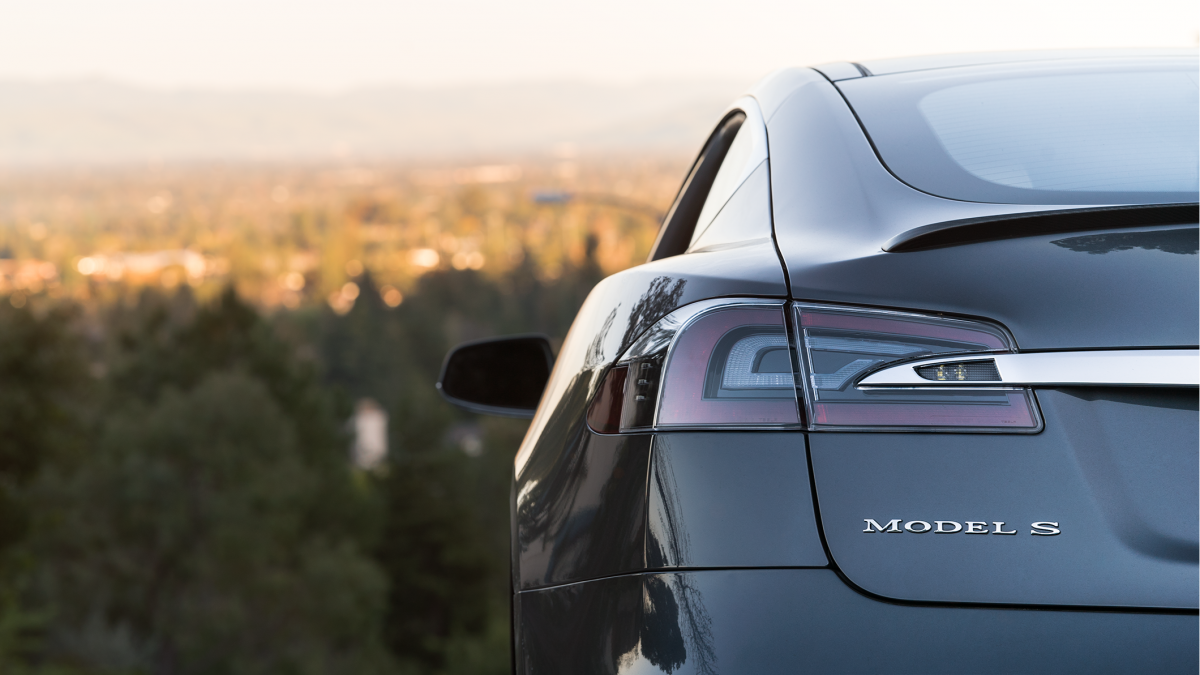 Tesla вынуждена сильно экономить