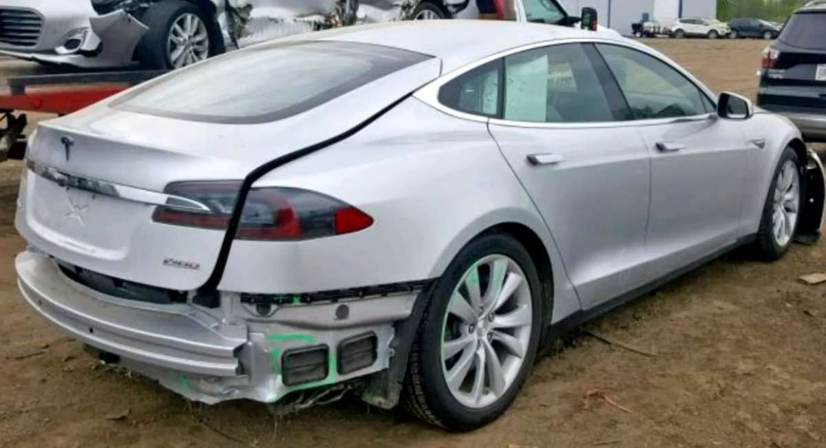 В Сети показали, как происходит восстановление разбитой Tesla Model S (ВИДЕО)