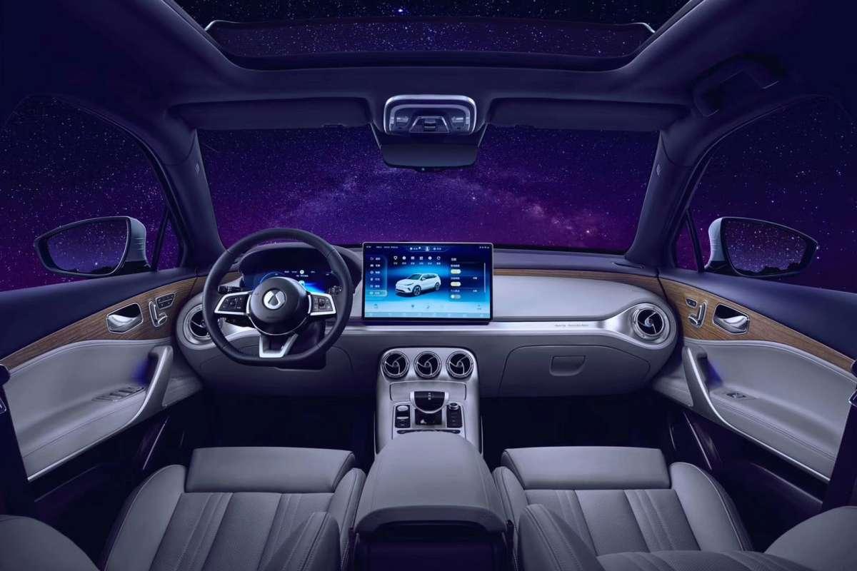 Новый кроссовер от Daimler: 400 сил и вращающийся дисплей