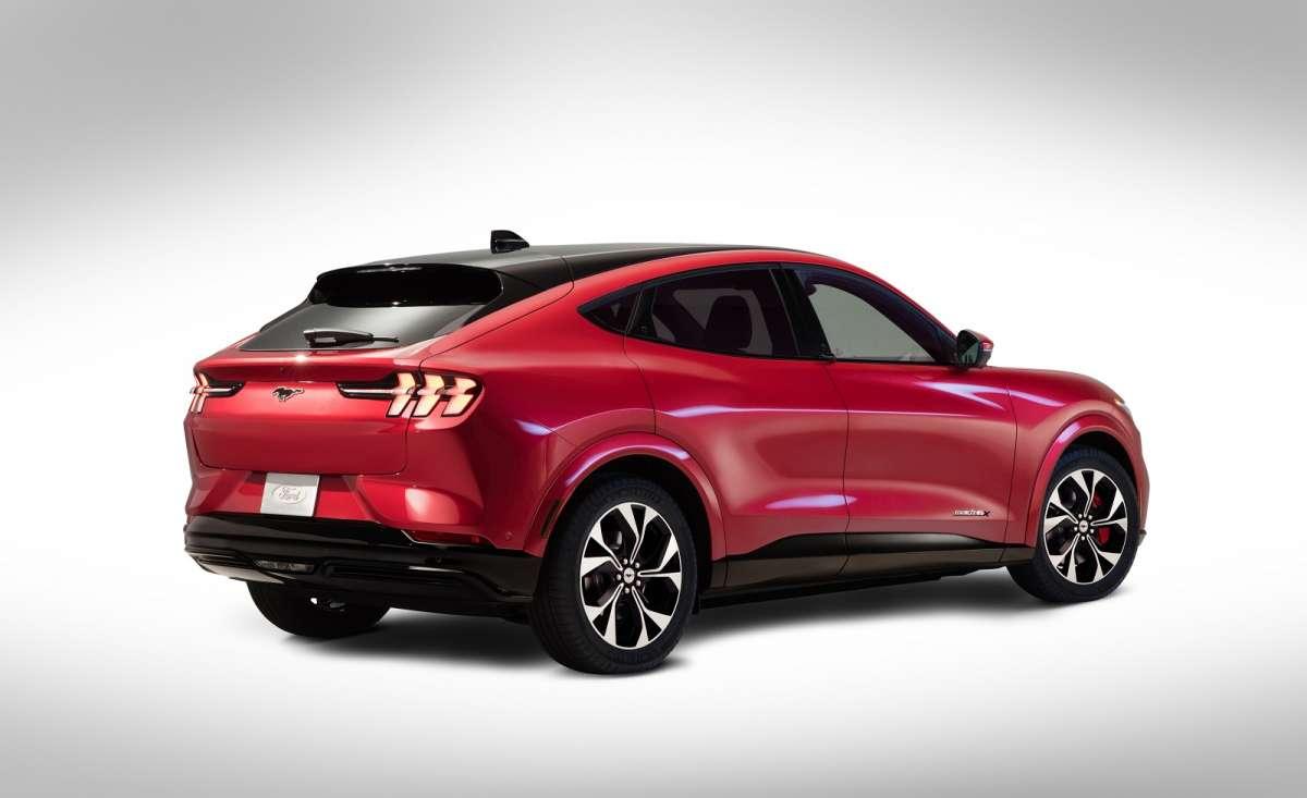 Электрокроссоверы Ford Mustang раскупают как горячие пирожки