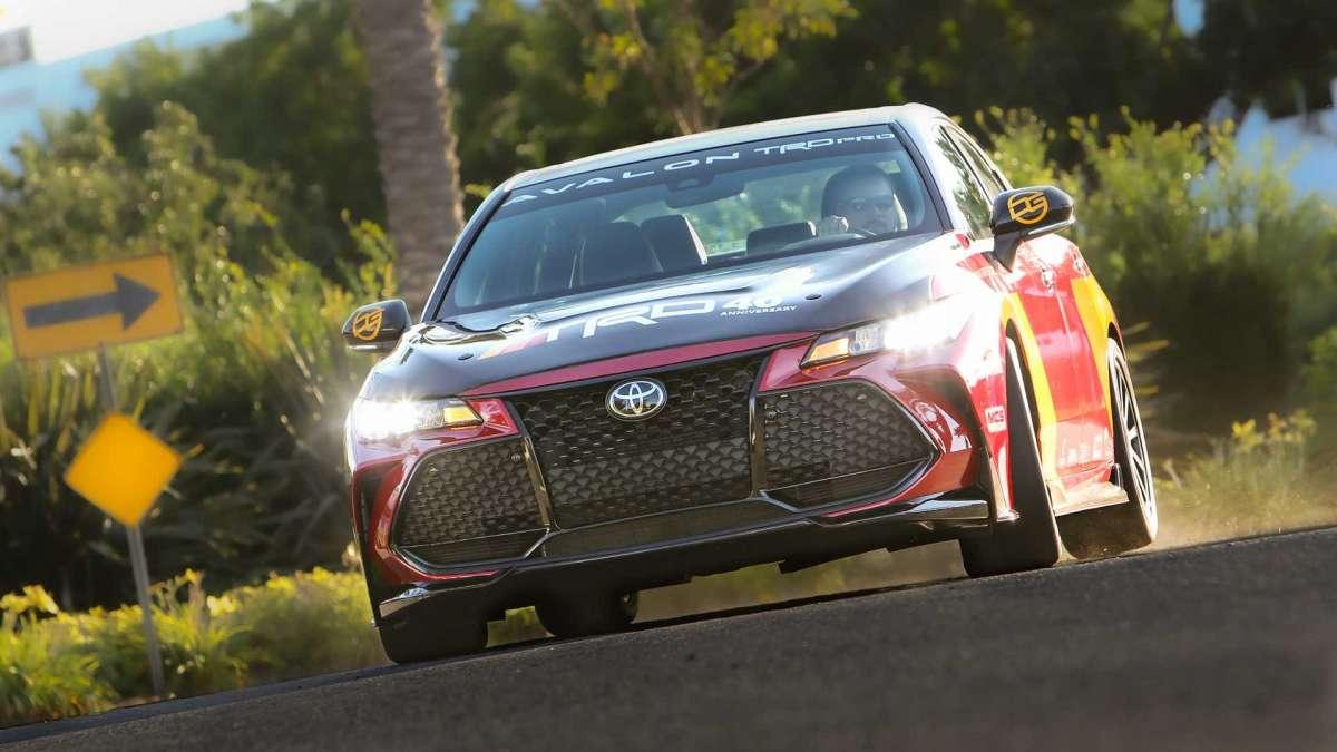 Самый крутой седан Toyota: 330 сил и карбоновый капот