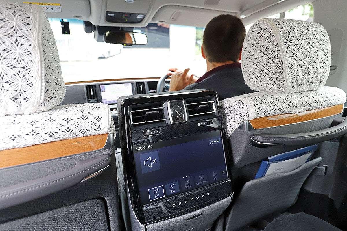 Немецкие журналисты испытали «королевскую» Toyota Century.