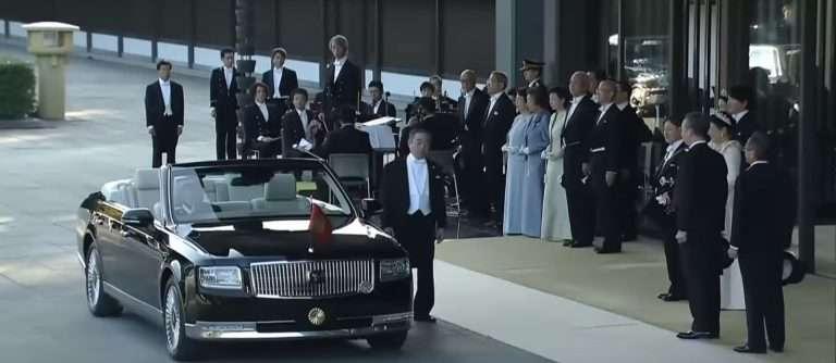 Королевский кабриолет Toyota стал звездой интернета (видео)
