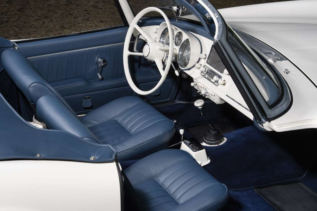 На продажу выставлен редчайший спорткар BMW с автографом создателя