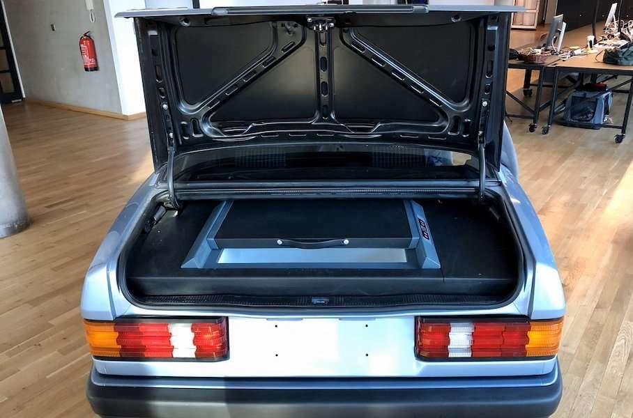 Старому Mercedes 190 нашли очень необычное применение в офисе