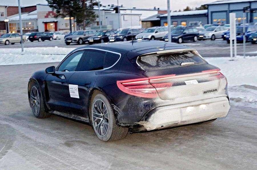 Первый электрокроссовер Porsche: живые фото и новые подробности