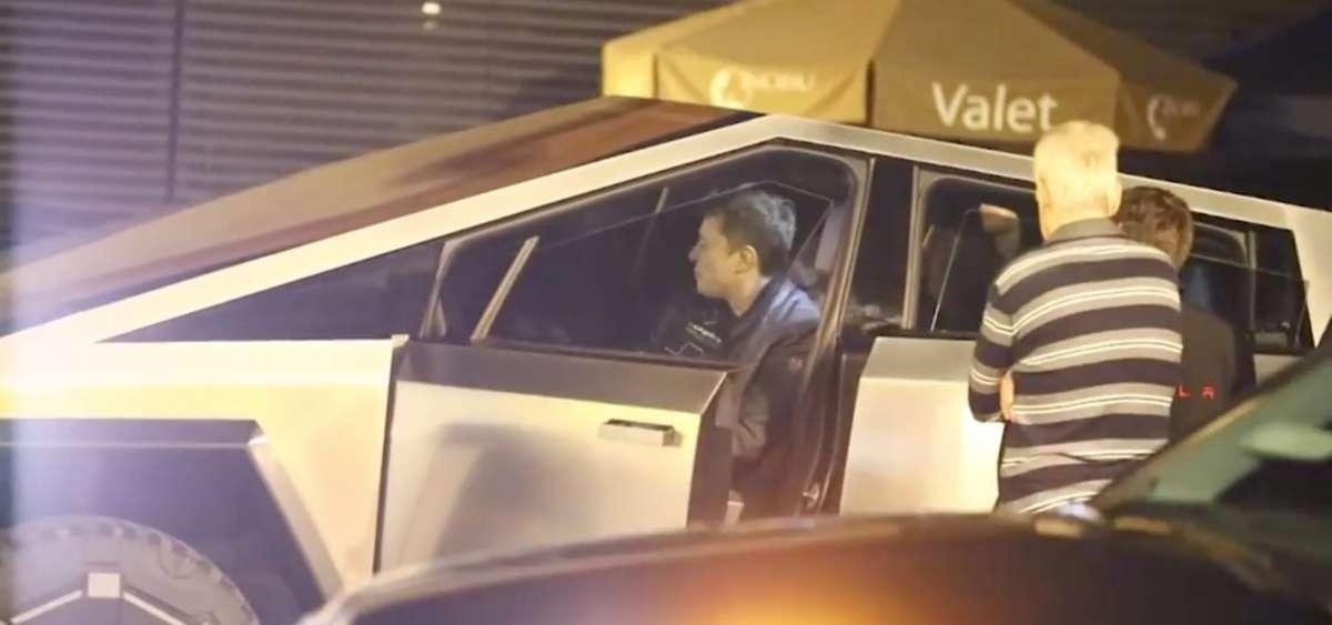 Илон Маск засветил пикап Tesla в неожиданном месте