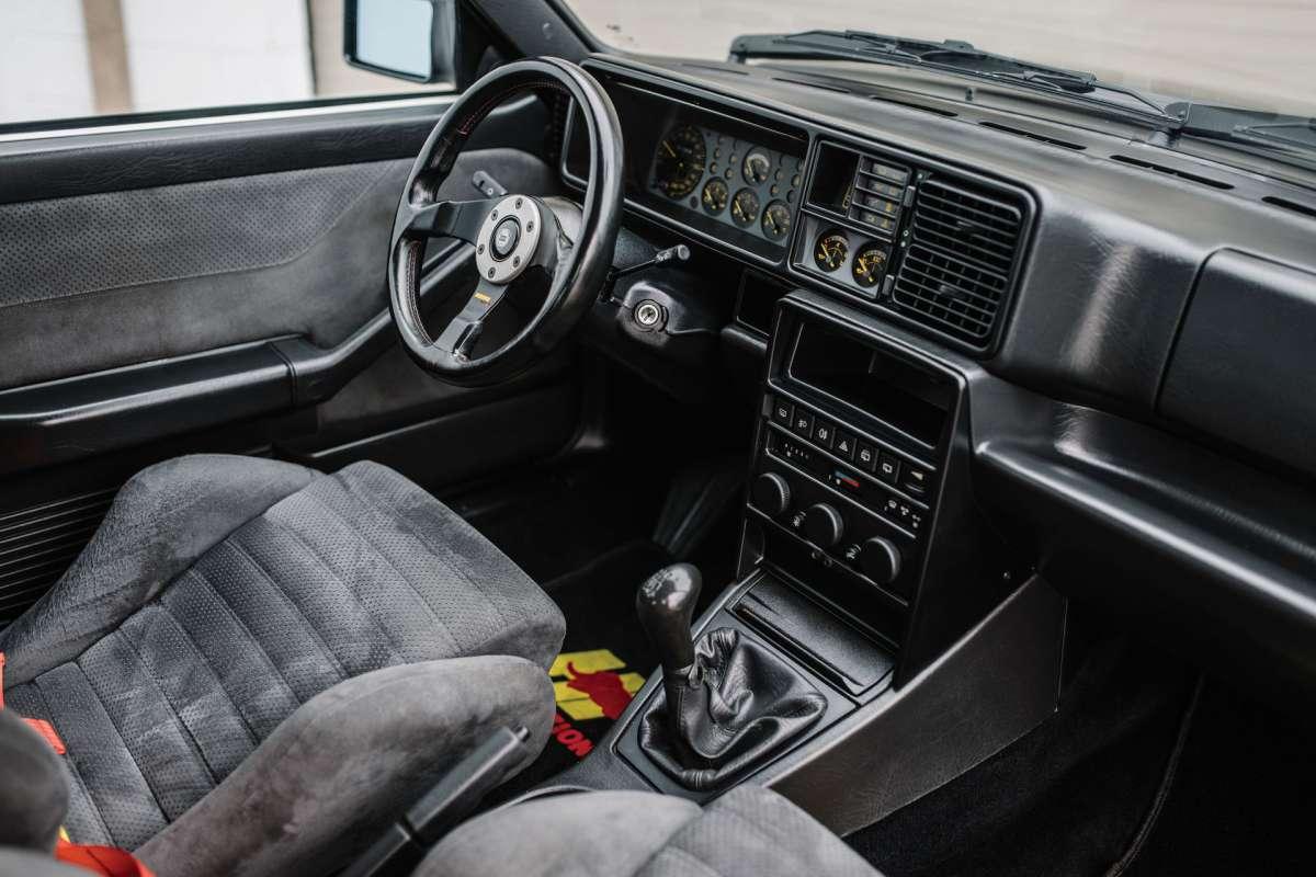 Старый итальянский хетчбэк продадут по цене нового Porsche 911 Turbo