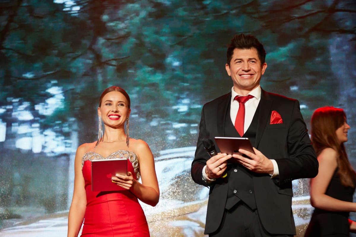 Маша Виноградова в платье от Dress Bar и Андрей Джеджула в костюме от Andreas Moskin Company